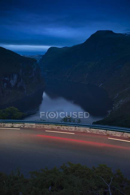 Encore une rivière avec routes et sentiers de lumière, exposition longue — Photo de stock