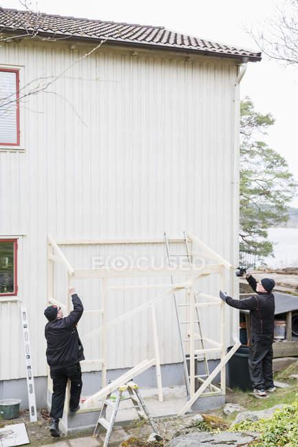 Старші люди ремонт будинку, селективний фокус — стокове фото