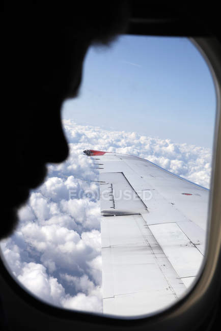 Profil der Mann sitzt im Flugzeug, differenzielle Fokus — Stockfoto