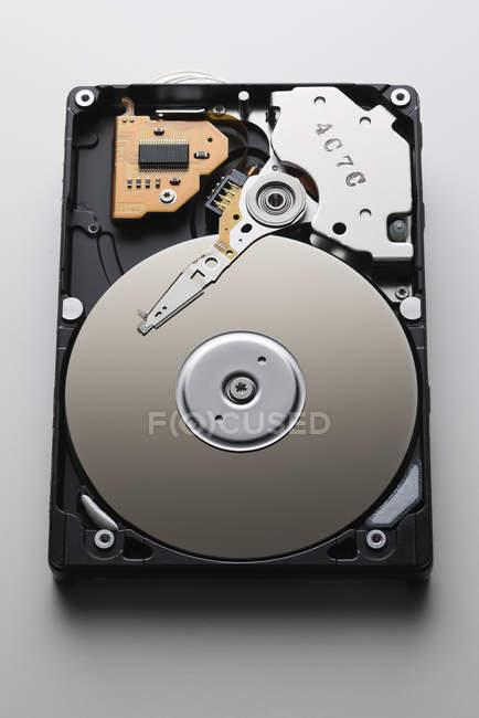 Студія постріл всередині жорсткий диск, ізольовані на білому тлі — стокове фото