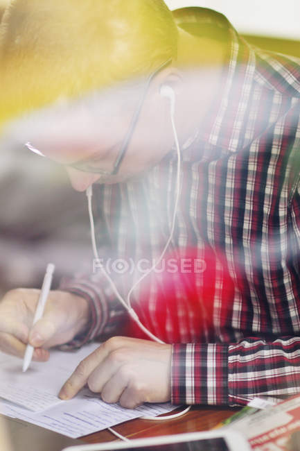 Seitenansicht des Mannes, der Notiz schreibt — Stockfoto