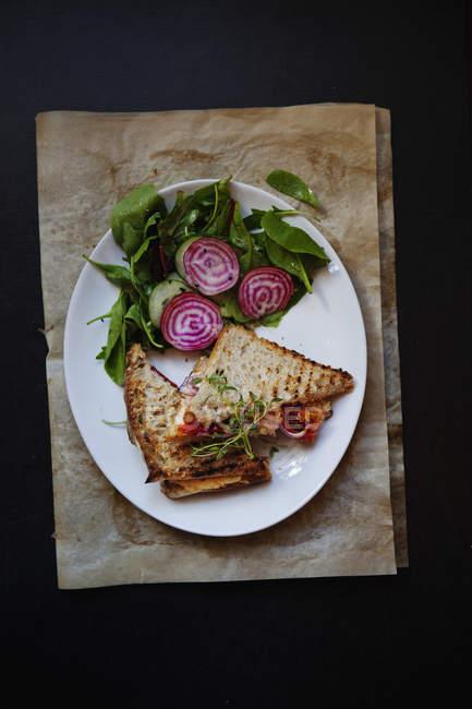 Вид зверху бутерброд, подається з буряка та шпинату на тарілку — стокове фото