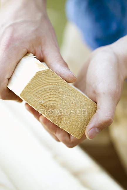 Nahaufnahme von männlichen Händen mit Holzbrett — Stockfoto