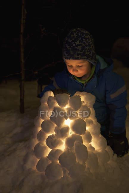 Boy making snow lantern, selective focus — Stockfoto