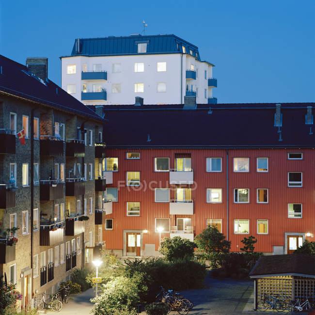 Плоские дома с подсветкой окнами в ночное время, Мальме — стоковое фото