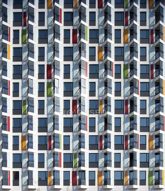 Facciata di casa piatta moderna in luce solare brillante — Foto stock