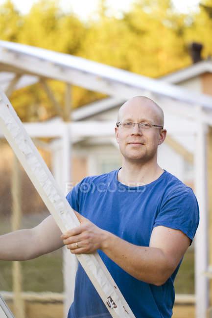 Costruire l'uomo serra, concentrarsi sul primo piano — Foto stock