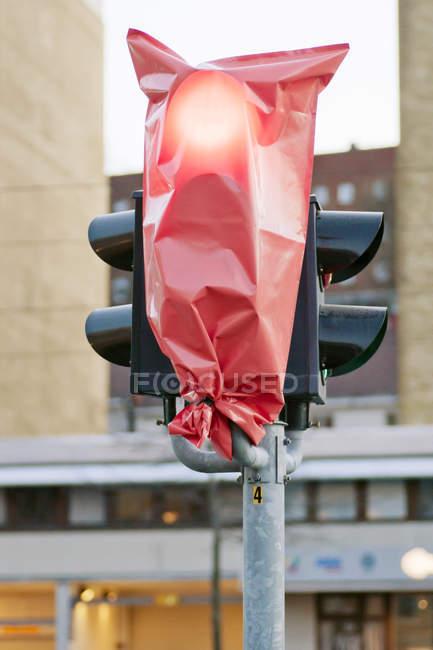 Close-up de luz de parada em pacote vermelho — Fotografia de Stock