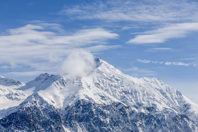 Schneebedeckte Gipfel der Schweizer Alpen unter blauem Himmel — Stockfoto
