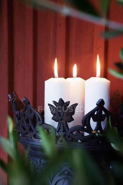 Зажгли свечи в держатель из кованого железа — стоковое фото
