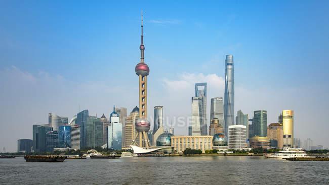 Фінансового району будівель у Шанхаї з Хуанпу річки передньому плані — стокове фото