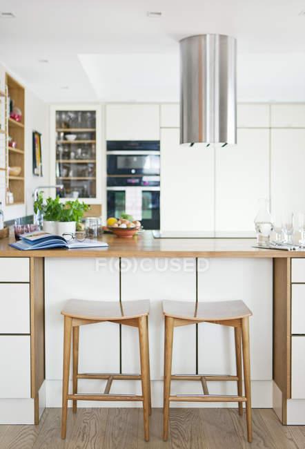 Vista frontal da cozinha com mobiliário de madeira — Fotografia de Stock