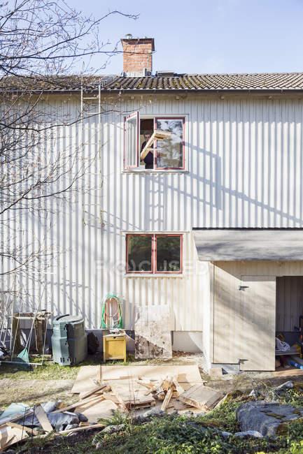 Senior uomo ristrutturazione casa, focus selettivo — Foto stock