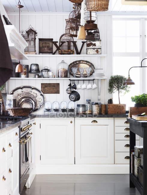 Interior da cozinha à moda antiga na casa de campo — Fotografia de Stock