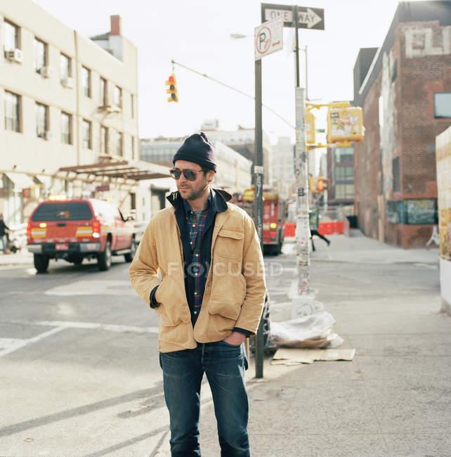 Чоловік, що стоїть на вулиці в Нью-Йорку, зосередити увагу на передньому плані — стокове фото