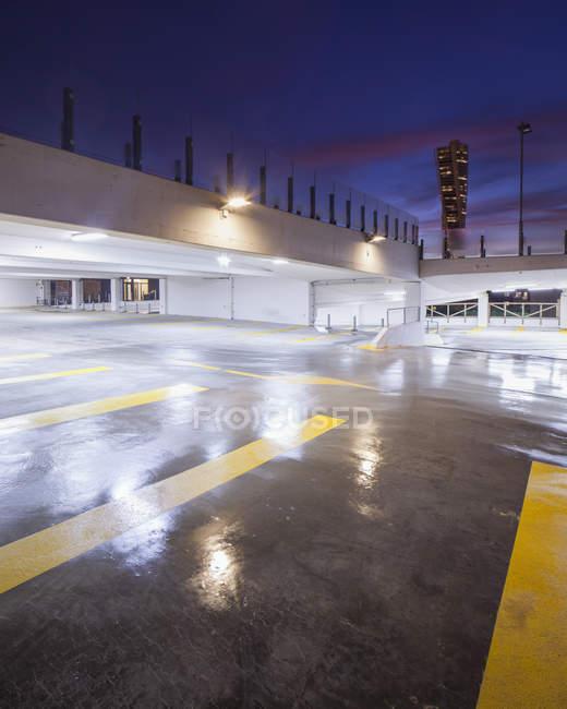 Parcheggio garage illuminato di notte con Turning Torso sullo sfondo — Foto stock