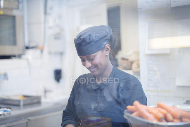 Mulher na cozinha de café, foco diferencial — Fotografia de Stock