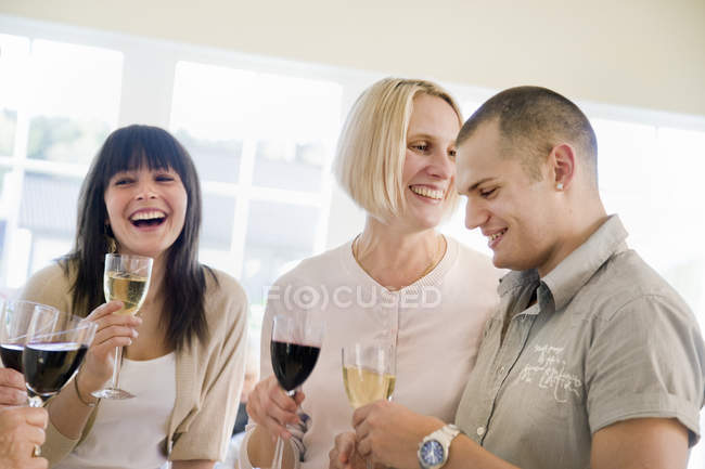 Люди тосты с вином, избирательный фокус — стоковое фото