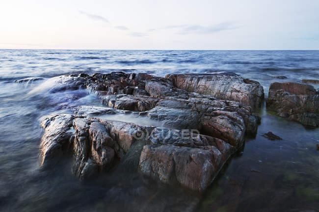 Вид спереди скалы в море против неба. — стоковое фото