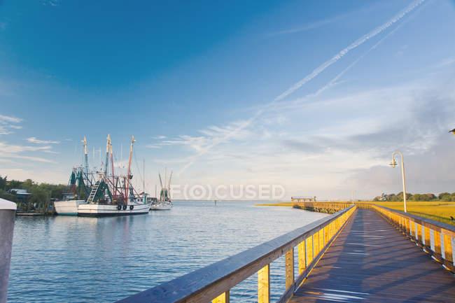 Vista panorámica a lo largo de la pasarela en el lado del puerto - foto de stock