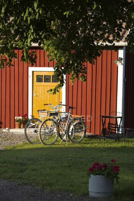 Fahrräder vor dem Haus in der Sonne geparkt — Stockfoto