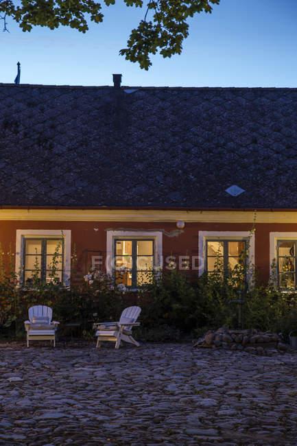 Beleuchtete Hinterhof in der Abenddämmerung, Nordeuropa — Stockfoto