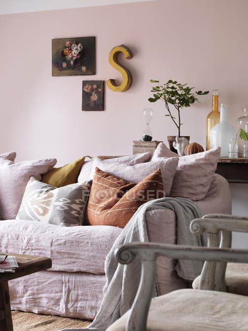 Вид на диван и украшенные стены в гостиной — стоковое фото