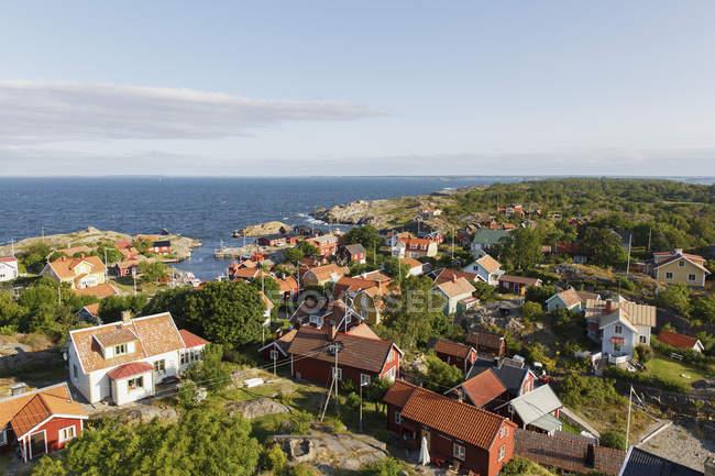Townscape з котеджів і пишною листя біля моря — стокове фото