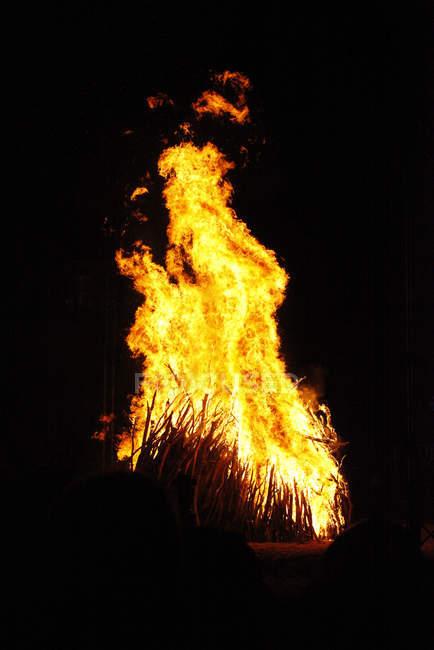 Вид спереди огонь на черном фоне — стоковое фото