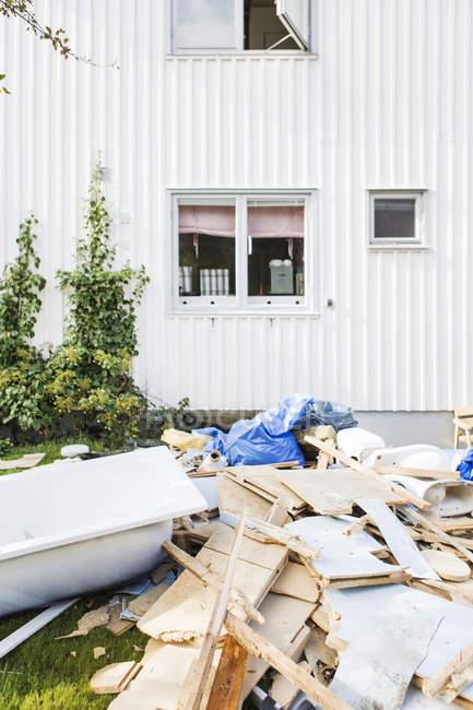 Costruzione macerie di fronte alla facciata della casa bianca — Foto stock