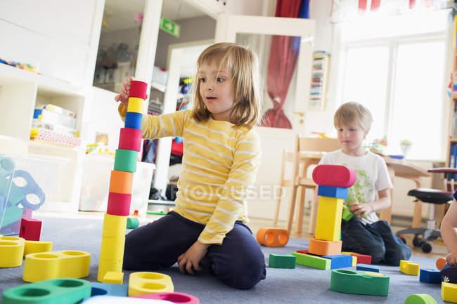 Дітей, що грають в дитячому садку, диференціальні фокус — стокове фото