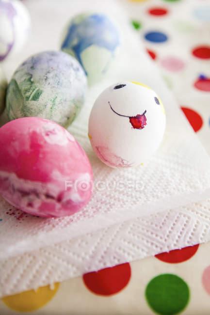 Close-up de ovos de Páscoa coloridos, foco em primeiro plano — Fotografia de Stock