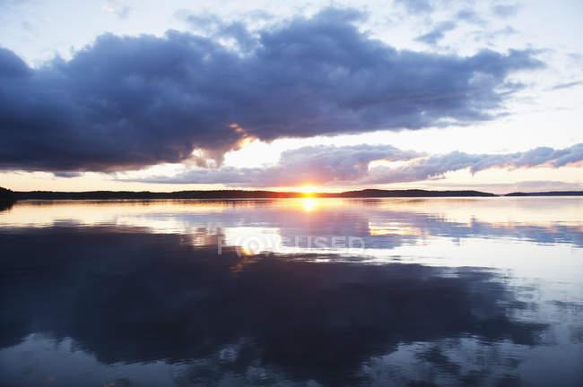 Setting sun reflecting in sea water — Stock Photo
