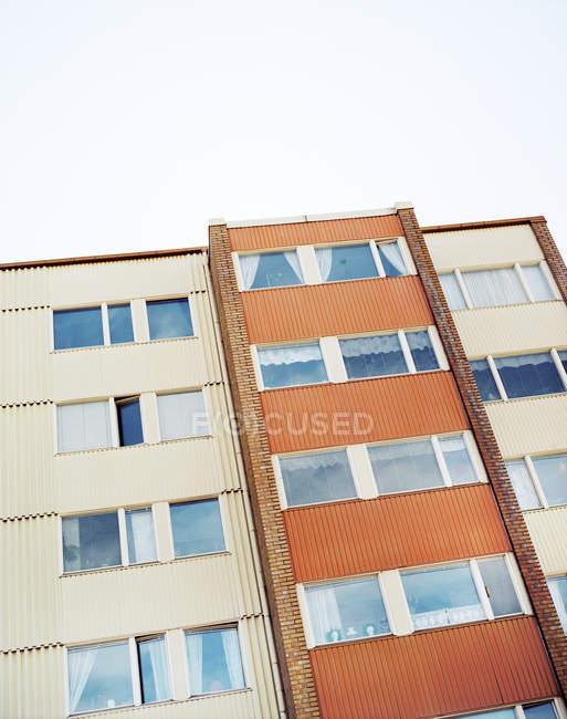 Vista ad angolo di facciata dell'edificio residenziale — Foto stock