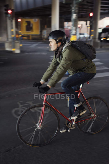 Homme cyclisme en ville, focus sélectif — Photo de stock
