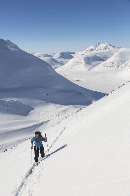 Вид спереди на мужской горнолыжный спорт — стоковое фото