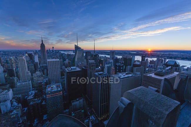 Небоскрёбы Нью-Йорка под закатом — стоковое фото