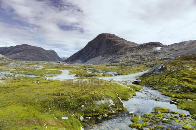 Ruisseau de montagne et rocs More og Romsdal, Norvège — Photo de stock