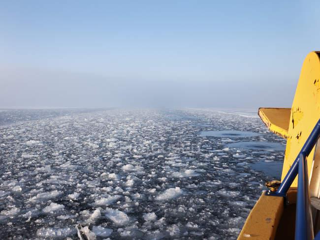 Живописный вид на морской поверхности с flowating льдом — стоковое фото