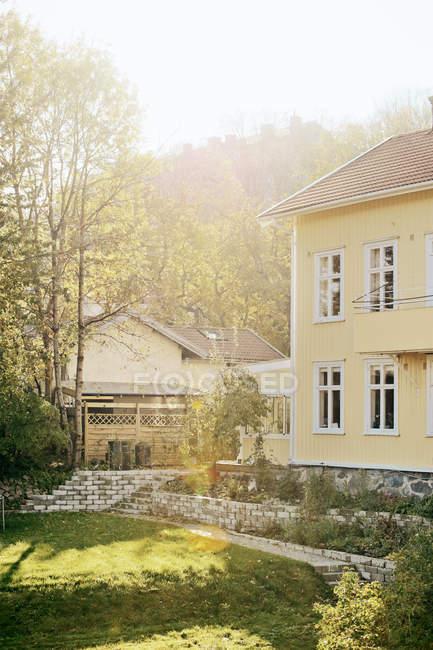 Vista di casa e cortile con prato verde — Foto stock
