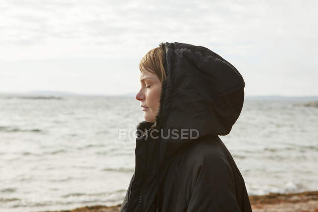 Profile of woman at beach, focus on foreground — Stock Photo