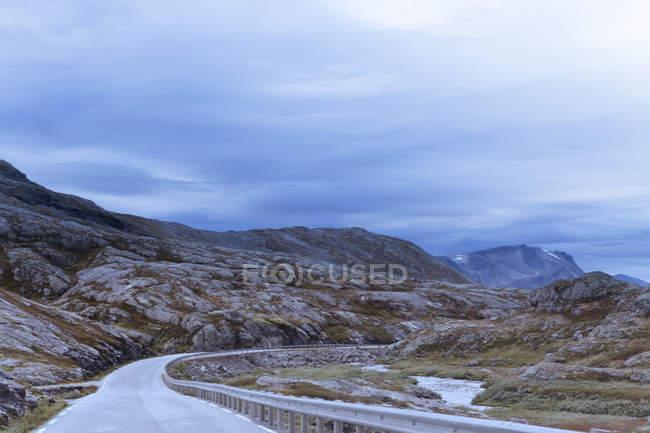 Vue de route dans un paysage montagneux à More og Romsdal, Norvège — Photo de stock