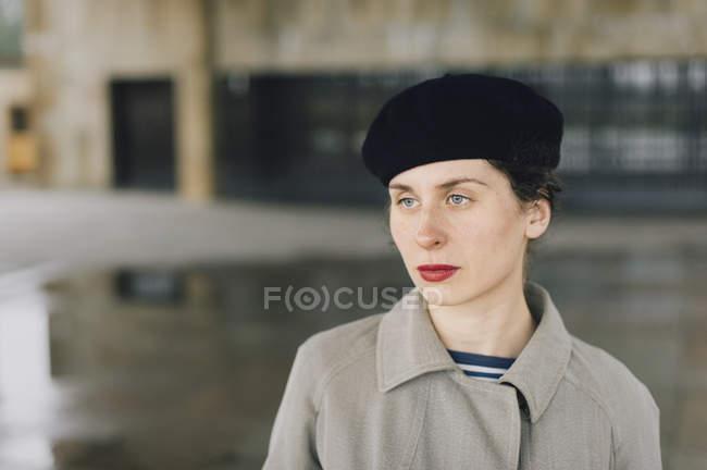 Портрет жінки носять бере і червоним помади — стокове фото