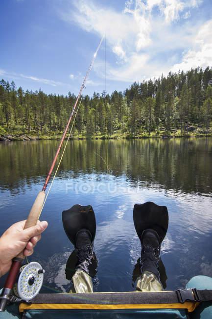 Человек, рыбалка с лодки, личные перспективы — стоковое фото