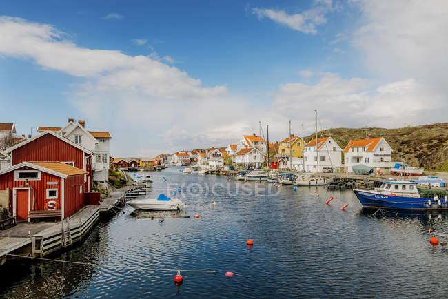 Coastal Gebäude und Boote in hellem Sonnenlicht — Stockfoto