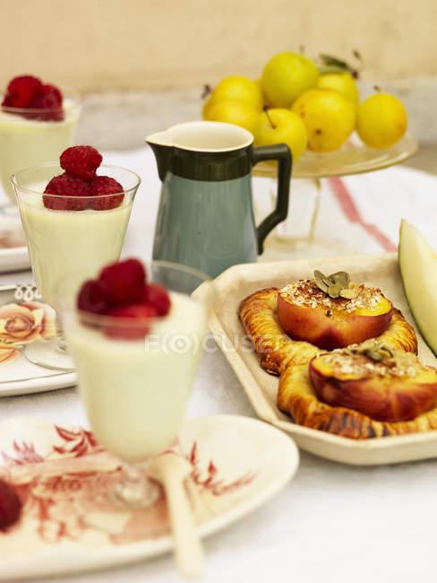 Запеченный сливы пирожные и части Панакота — стоковое фото