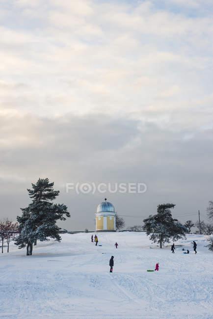 Gens sur la colline enneigée, mise au point sélective — Photo de stock