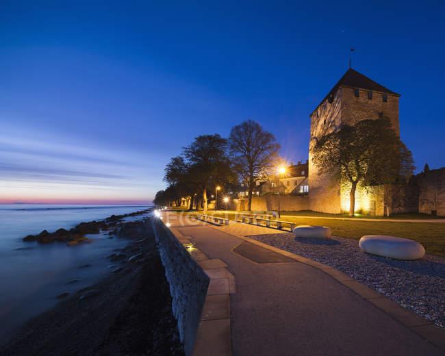Beleuchtete Promenade und Gebäude in der Abenddämmerung — Stockfoto