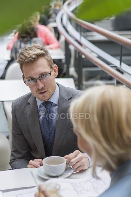 Empresário na reunião no café, foco diferencial — Fotografia de Stock