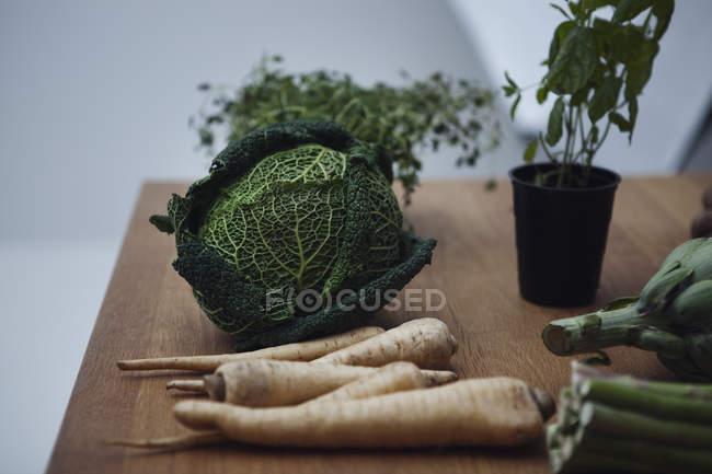 Hierbas y verduras en la mesa de madera, bodegón - foto de stock